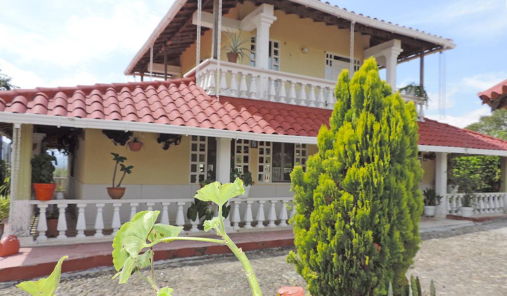Casa campestre la colombiana eje cafetero turismo for Casa de estilo campestre